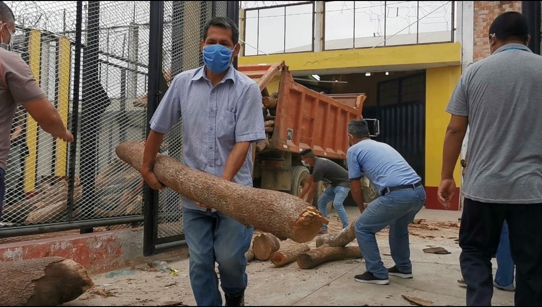 Gobierno Regional entrega guayacán y zapote para ser usado por internos del penal de Puerto Pizarro