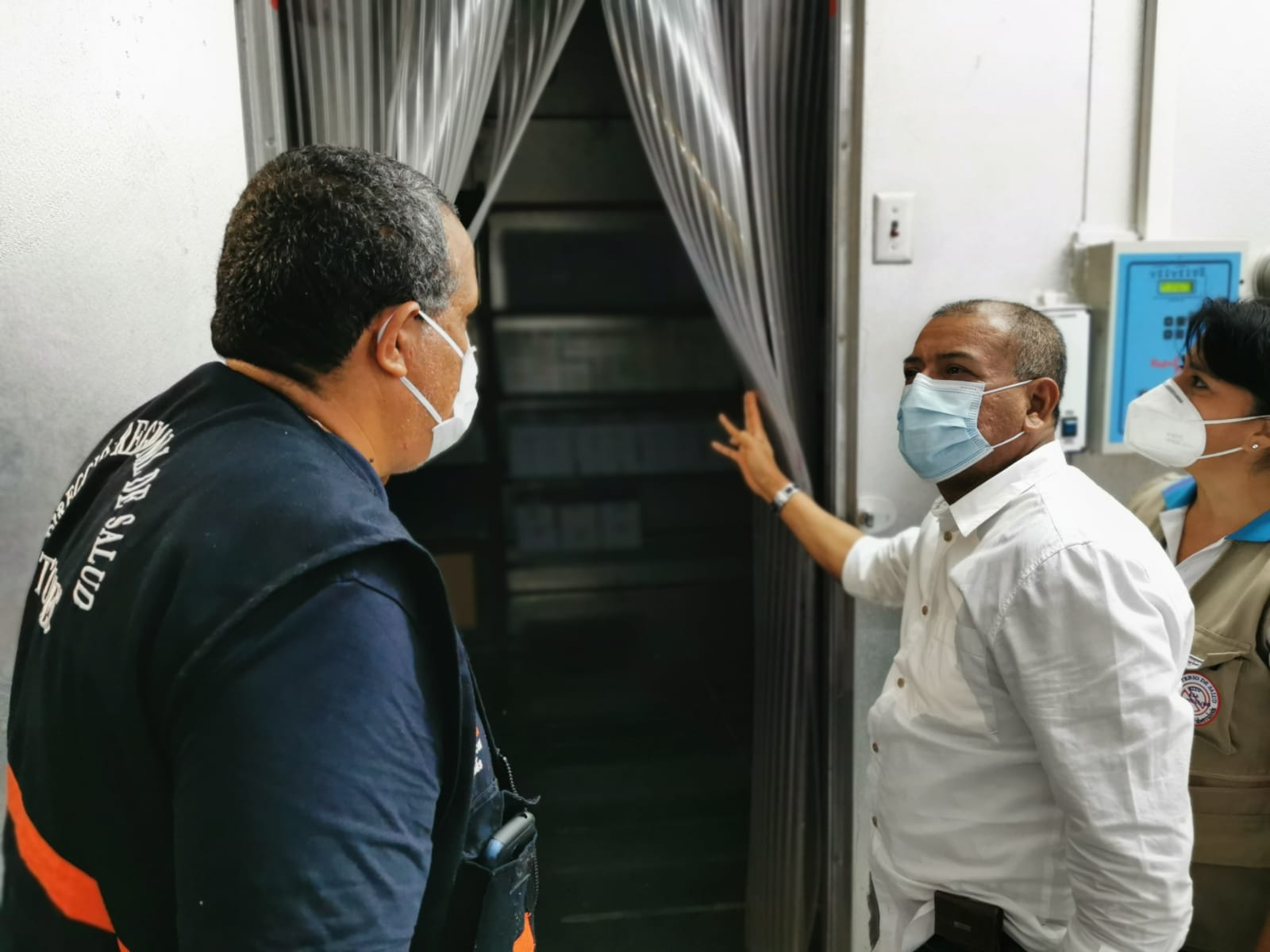 Gobernador regional verifica el óptimo funcionamiento de la cadena de frío donde se conservarán las vacunas contra el coronavirus en Tumbes