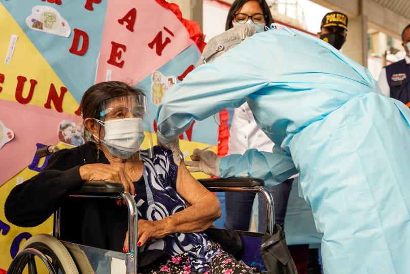 Gobierno regional aplica más de 400 vacunas contra el coronavirus a adultos  mayores de 80 años en la provincia de Contralmirante Villar