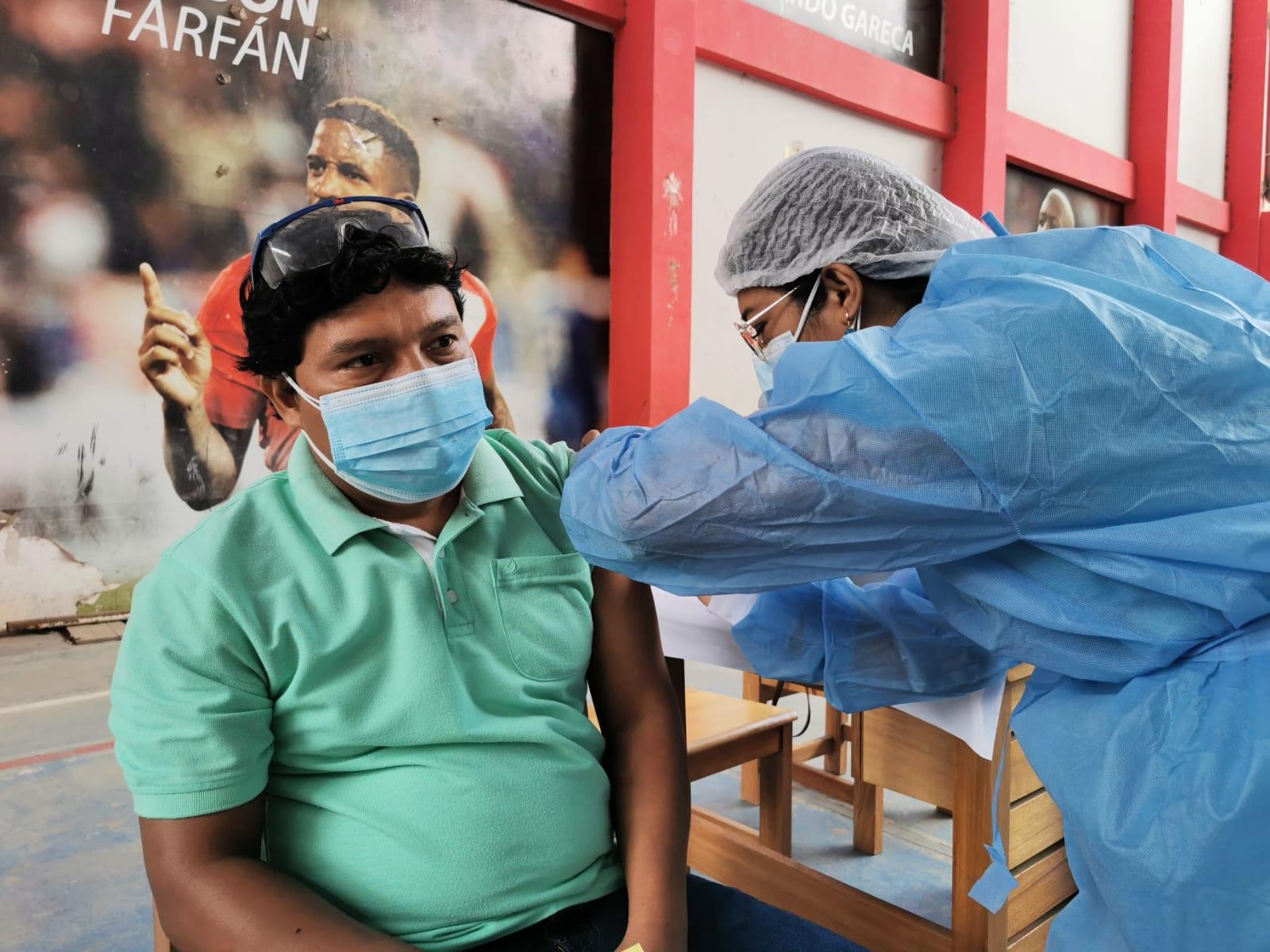 Gobierno regional inicia la vacunación contra el coronavirus a 989 profesores de zonas rurales